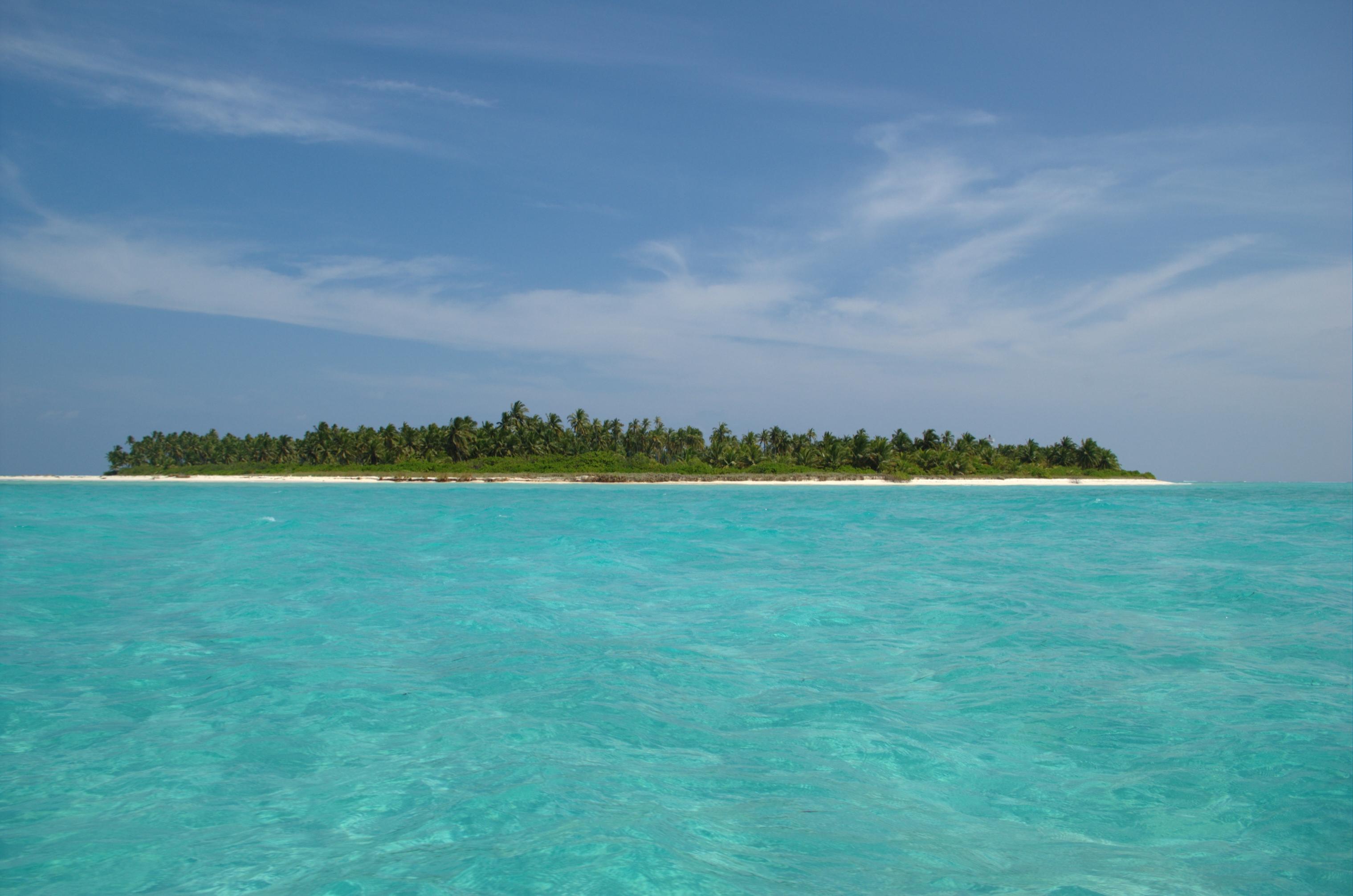 English: One of the uninhabited islands of Lak...